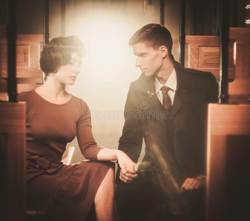 Couples à l'intérieur de rétro car de train photographie stock libre de droits