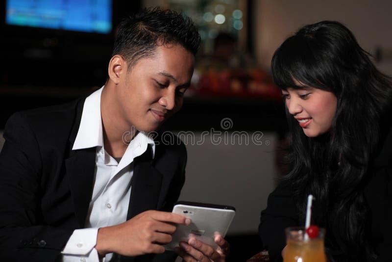 Couples à la barre photo stock