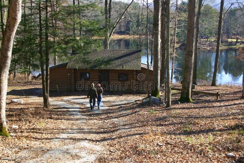 Couples à la cabine de bord de lac photos stock