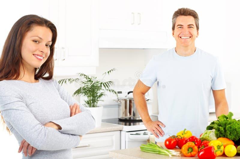 Couples à la cuisine photos libres de droits