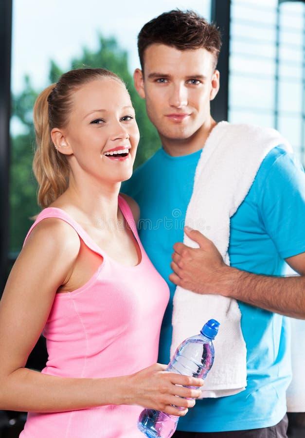 Couples à la gymnastique photo stock