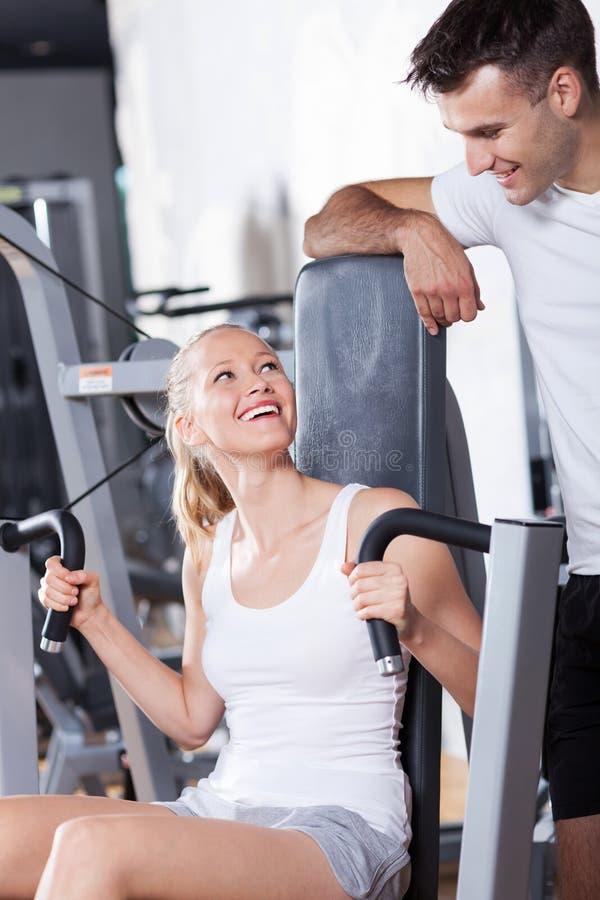 Couples à la gymnastique image libre de droits