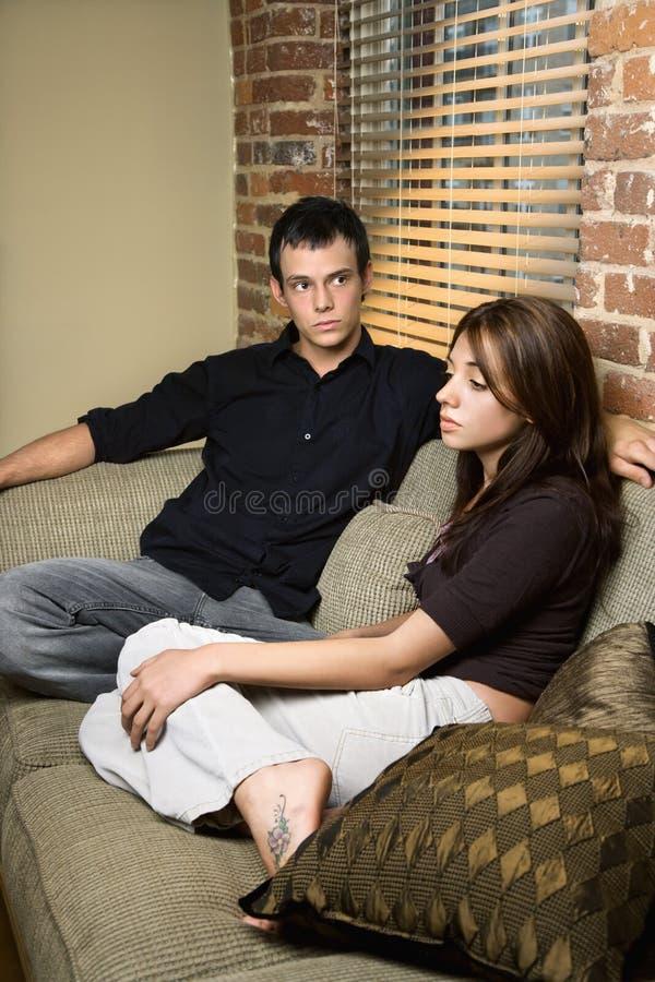 Couples à la maison photo libre de droits