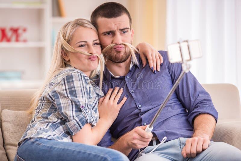 Couples à la maison photos stock