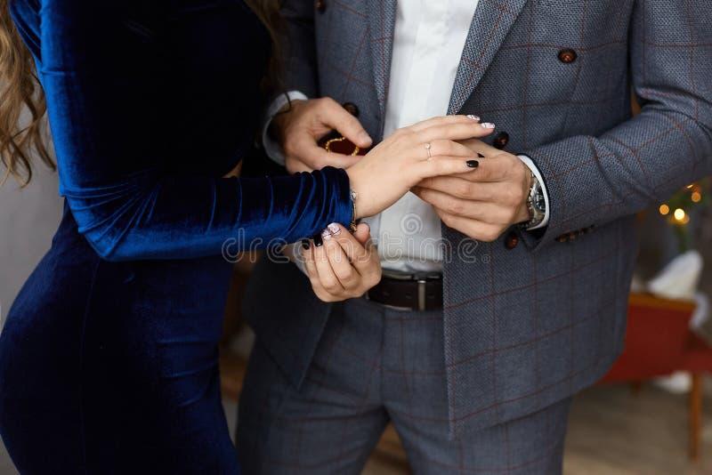Couples à la mode des amants, jeune homme d'affaires beau dans le costume élégant et belle fille modèle avec le corps parfait photographie stock
