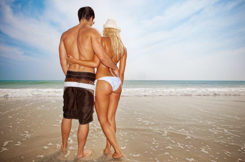 Couples à la plage photos stock