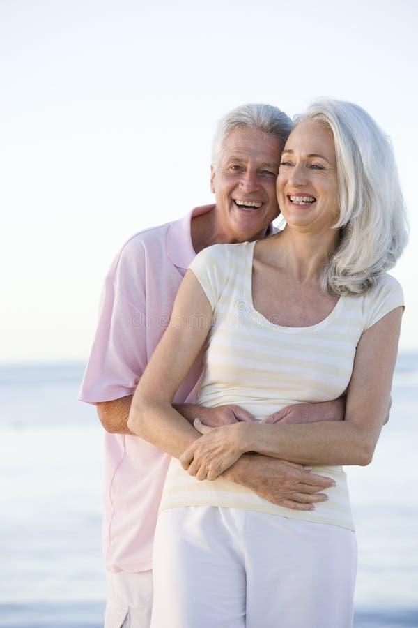 Couples à la plage embrassant et souriant photos libres de droits