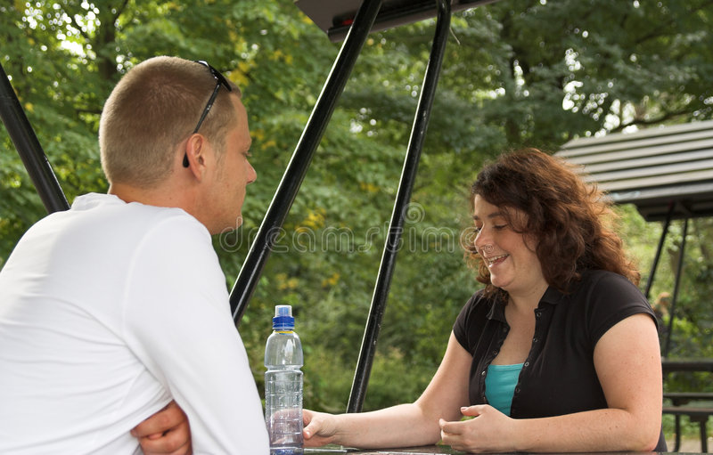Couples à la table de pique-nique en stationnement image libre de droits