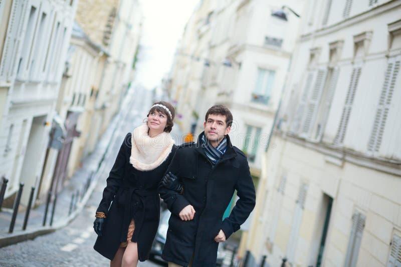 Couples à Paris un jour de printemps ou d'hiver photographie stock libre de droits