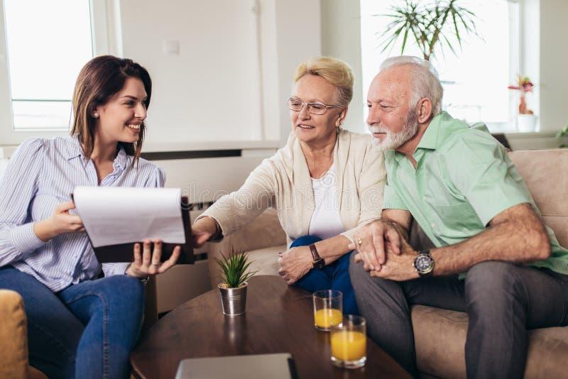 Couples âgés consultant avec l'agent d'assurance image stock