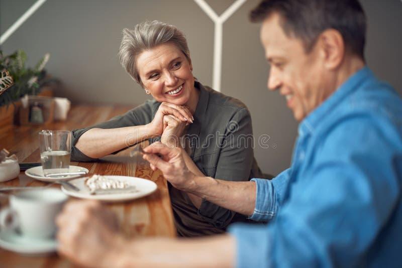 Couples âgés gais appréciant se réunir en café photographie stock