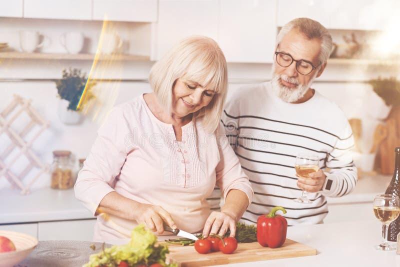 Couples âgés gais faisant cuire dans la cuisine photo libre de droits