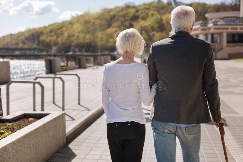 Couples âgés gentils ayant le repos dans le parc photographie stock libre de droits
