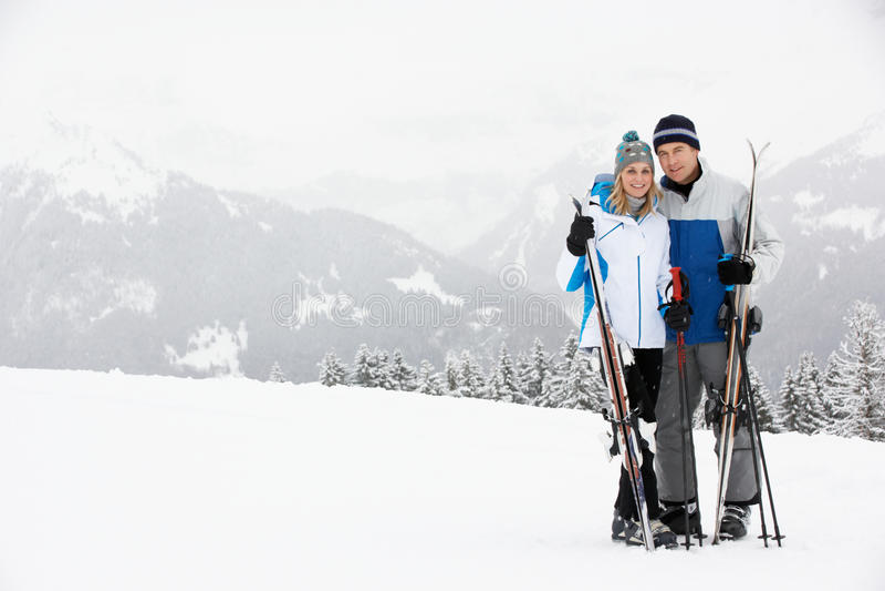Couples âgés moyens des vacances de ski en montagnes photographie stock libre de droits