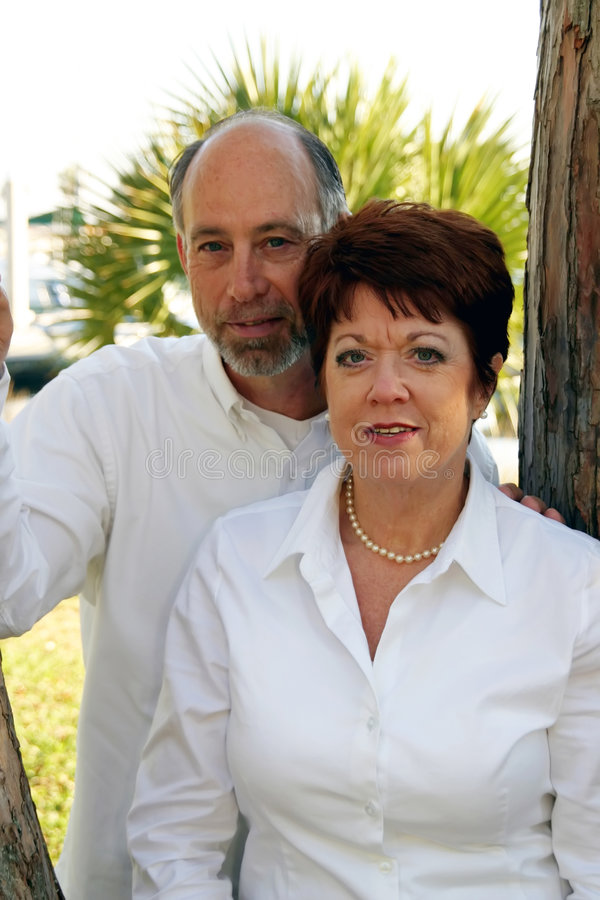 Couples âgés moyens en stationnement photo stock