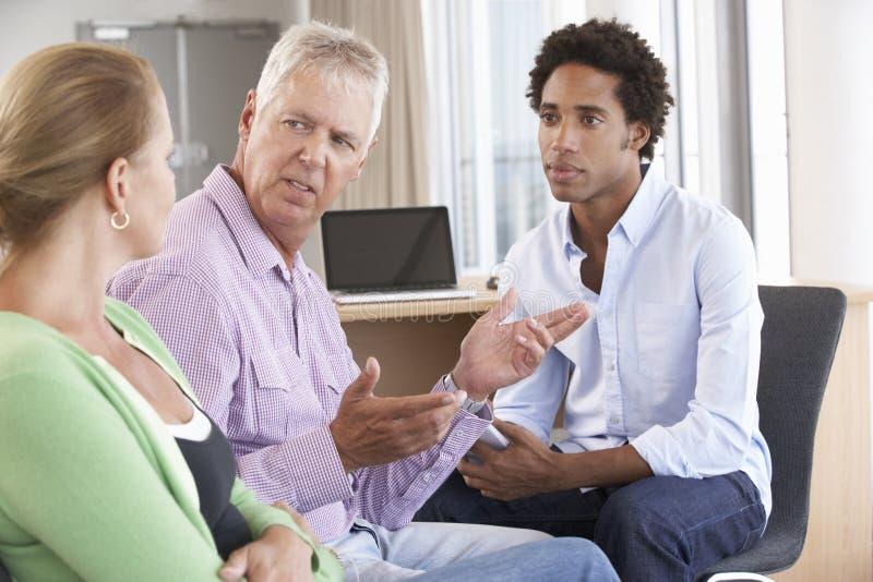 Couples âgés par milieu ayant conseiller la session photos libres de droits
