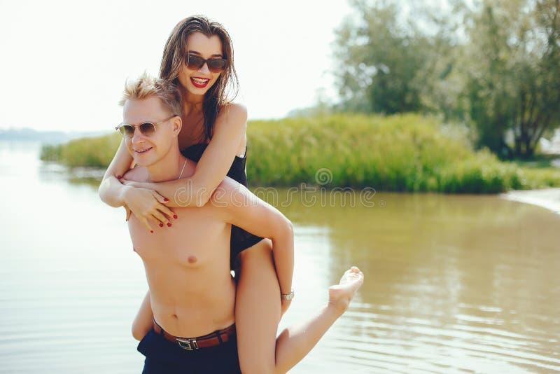 Couples élégants ayant l'amusement en rivière photo libre de droits