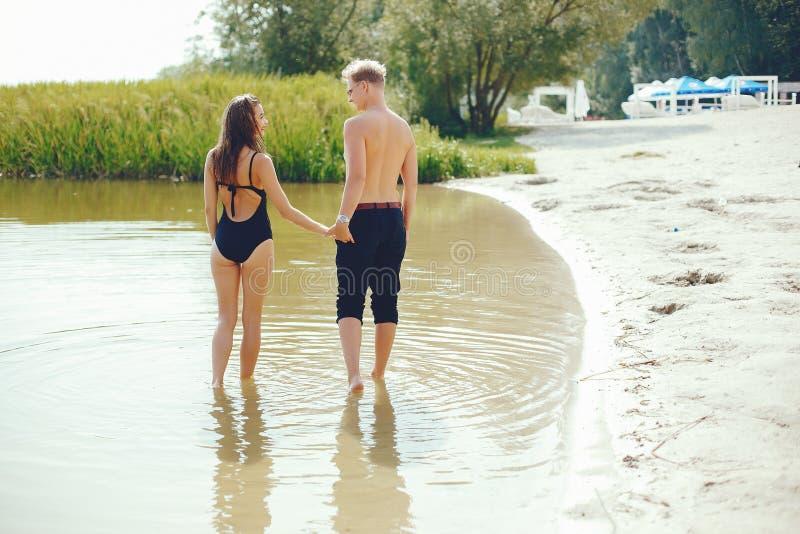 Couples élégants ayant l'amusement en rivière photos libres de droits