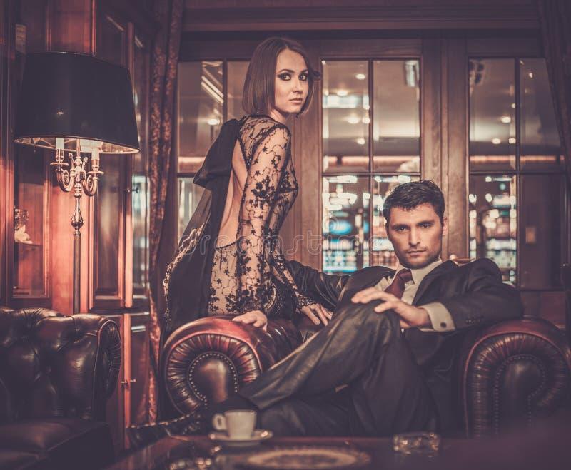 Couples élégants dans l'intérieur de luxe de coffret image libre de droits