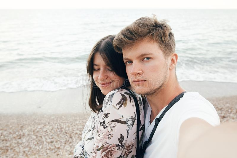 Couples élégants de hippie prenant le selfie sur la plage à égaliser la mer Vacances d'?t? Portrait de jeune famille heureuse sur photographie stock libre de droits