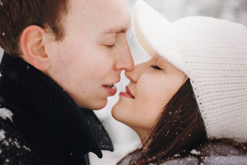 Couples élégants embrassant en montagnes neigeuses d'hiver Romantique heureux photo stock