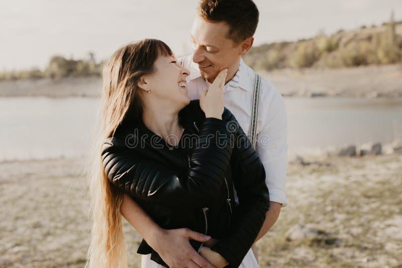 Couples élégants et affectueux s'amusant extérieur - image photo libre de droits
