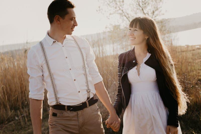 Couples élégants et affectueux s'amusant image extérieure photos stock