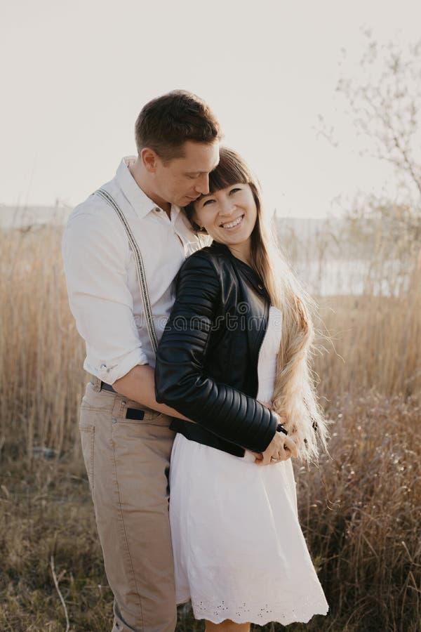 Couples élégants et affectueux s'amusant image extérieure photo stock