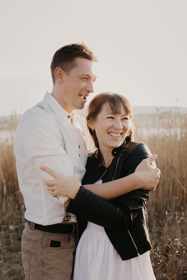Couples élégants et affectueux s'amusant image extérieure photos libres de droits
