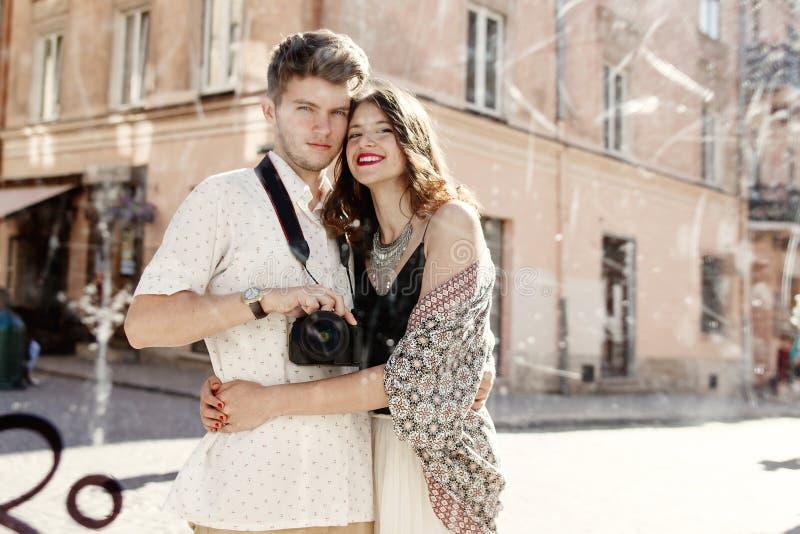 Couples élégants heureux prenant le selfie dans un miroir sale au vieil euro photos libres de droits