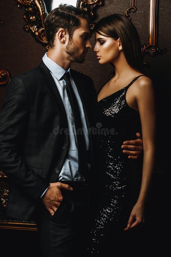 Couples élégants passionnés photographie stock libre de droits