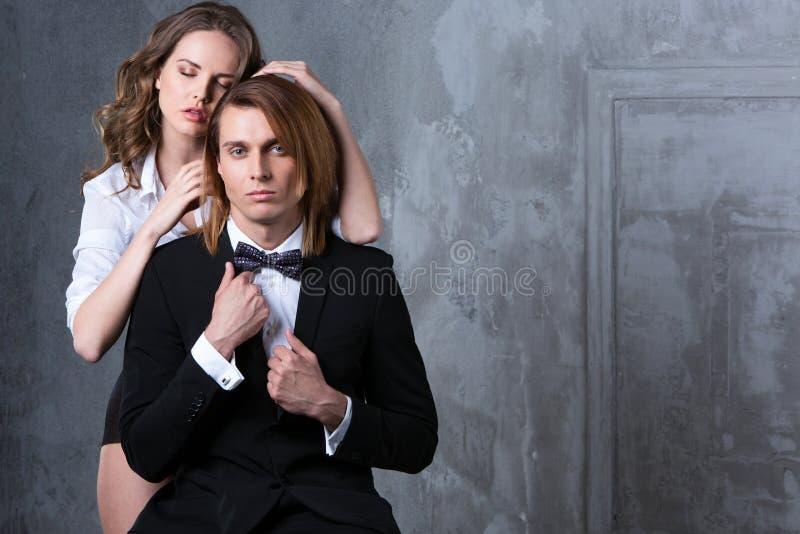 Couples élégants sexy dans la passion tendre photos libres de droits