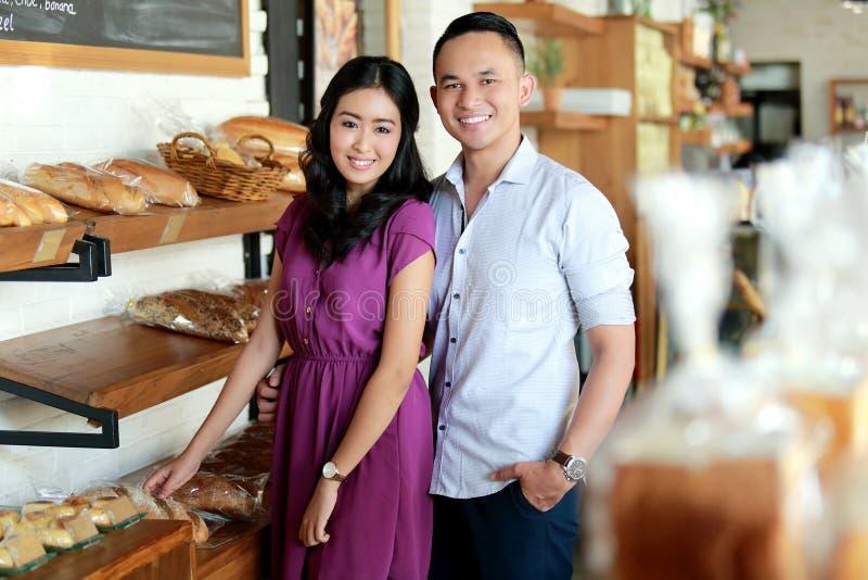 Couples étonnants à la boulangerie photographie stock libre de droits