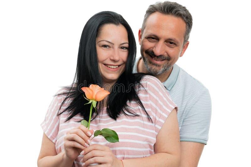 Couples étreignant avec la rose photographie stock