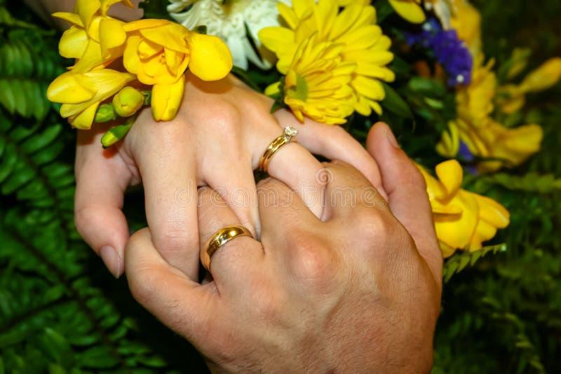 Couples étreignant des mains photographie stock libre de droits