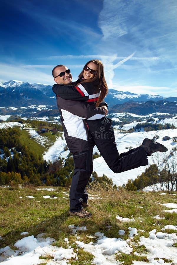 Couples étreignant et appréciant un voyage de hausse photographie stock