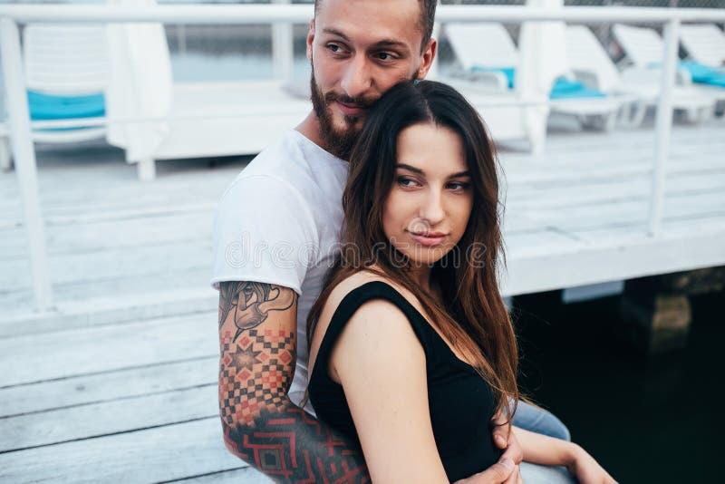 Download Couples étreignant Le Pilier Photo stock - Image du étreindre, femelle: 76076688