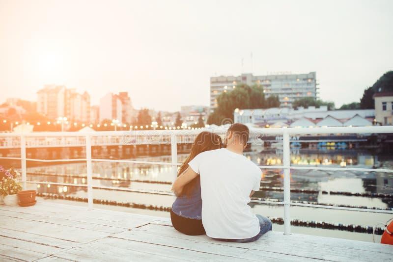 Download Couples étreignant Le Pilier Photo stock - Image du beau, heureux: 76077388