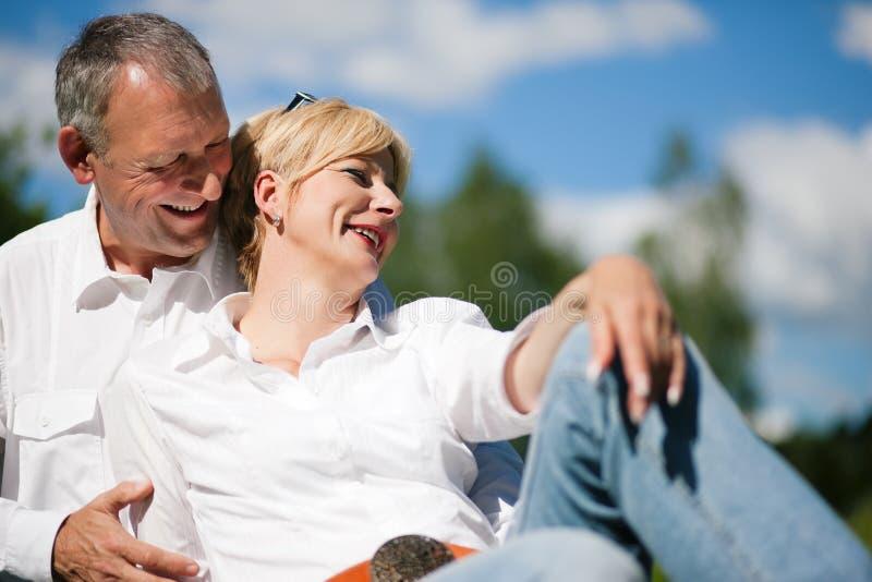 Couples aînés à un lac image libre de droits