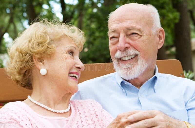 Couples aînés - amour et rire photos stock