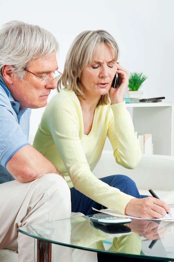 Couples aînés appelle la ligne directe de téléphone images libres de droits