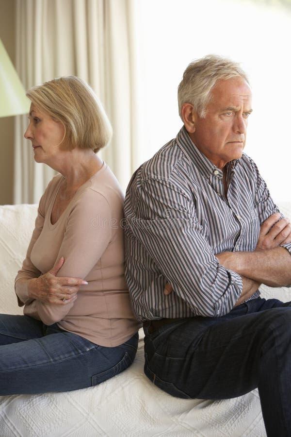 Couples aînés ayant l'argument à la maison image libre de droits