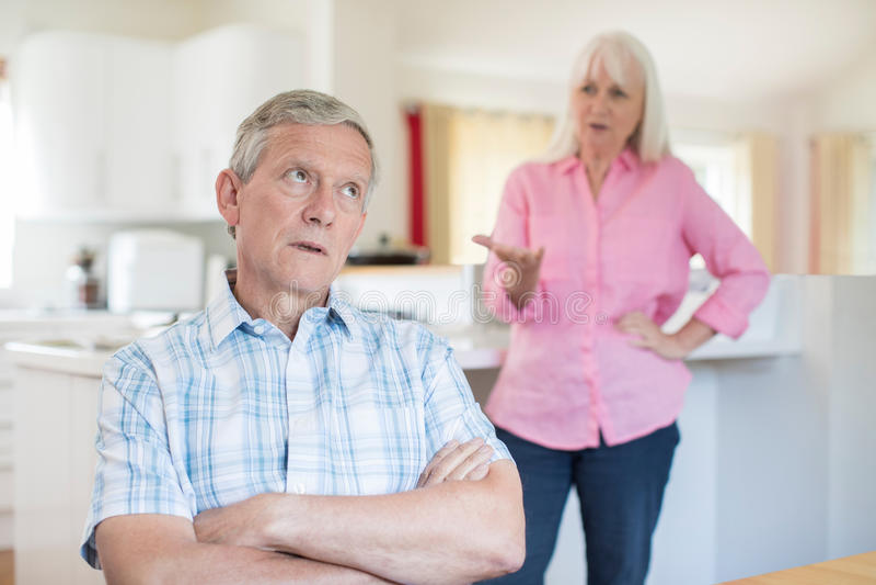 Couples aînés ayant l'argument à la maison photos libres de droits