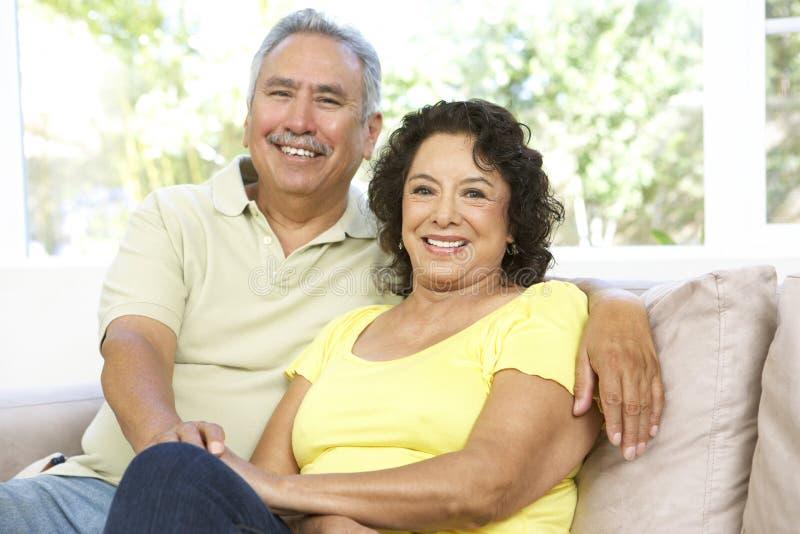 Couples aînés détendant à la maison ensemble images stock