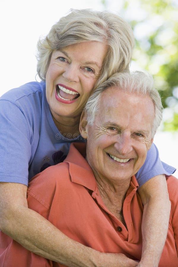 Couples aînés détendant en stationnement photographie stock libre de droits