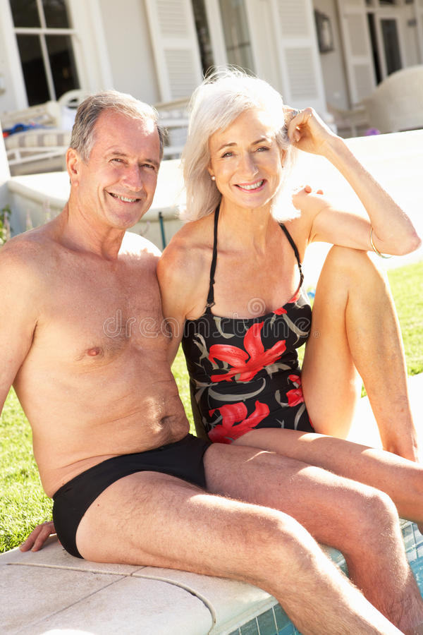 Couples aînés détendant par le regroupement extérieur photo libre de droits