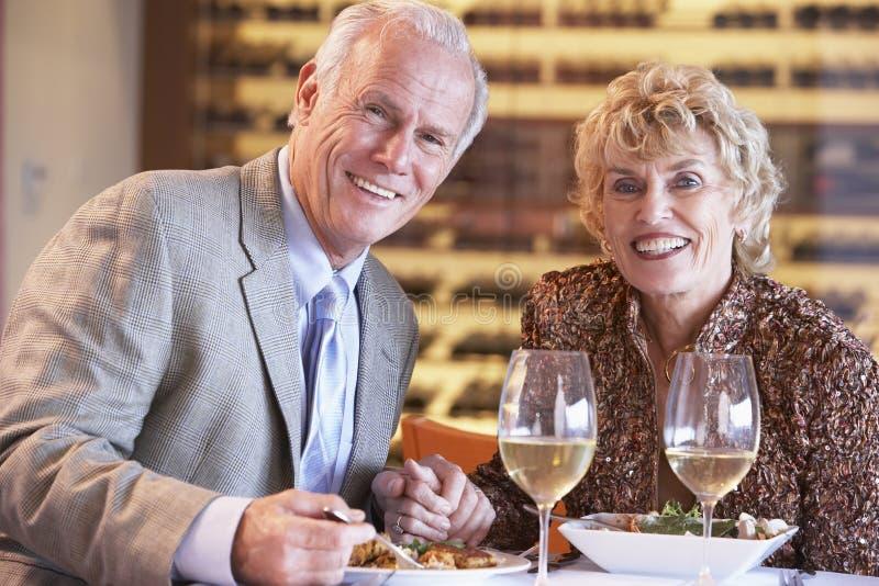 Couples aînés dînant à un restaurant photos libres de droits