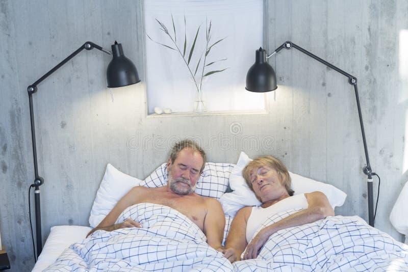 Couples aînés dans le bâti image libre de droits