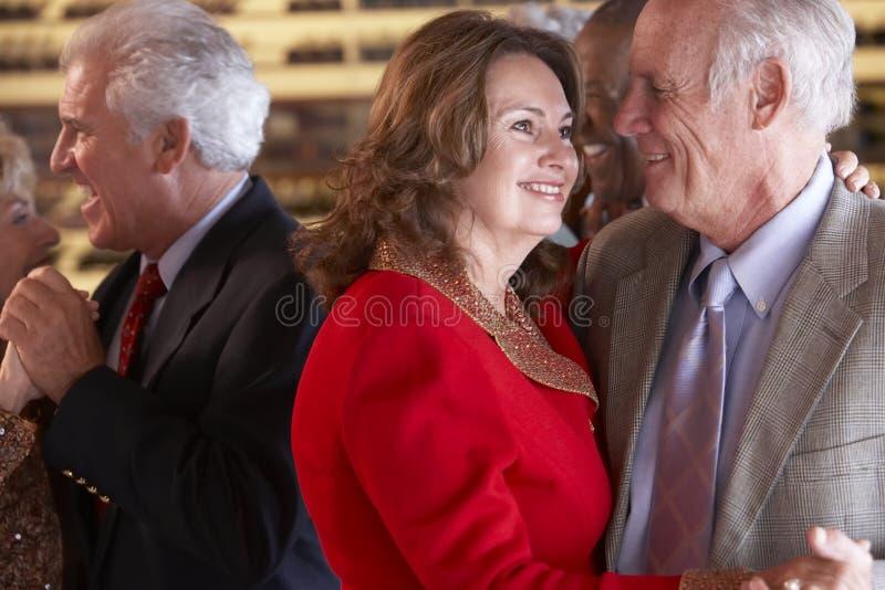 Couples aînés dansant à une boîte de nuit images libres de droits