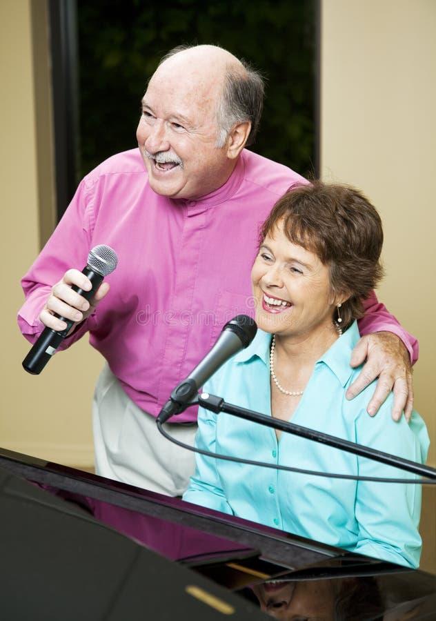 Couples aînés de chant images stock